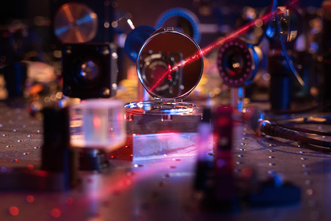 研究人员展示了一种新颖的光-物质界面,实现了由200个原子的单分子层形成的最轻的镜面。