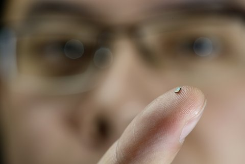 The tiny sensor on the finger of PhD-student Hao Gao